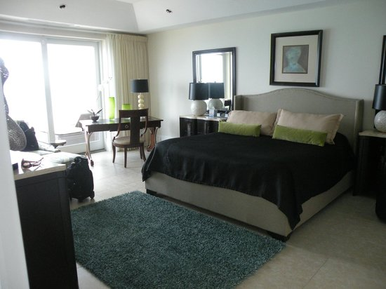 Caribbean Club: Master bedroom was oversized and the bed was heaven