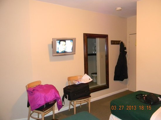 St. Marks Hotel: tv and mirror