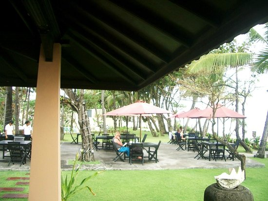 Legong Keraton Beach Hotel: Outside dining