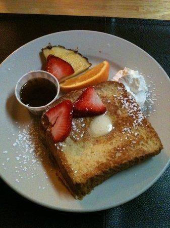 Cinnamon Bear Inn: Wonderful stuffed French toast!