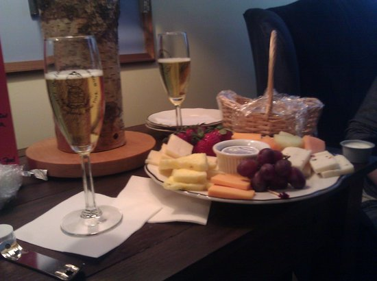 Lamplight Inn Bed and Breakfast: Our Sparkling Cider, Wine and Cheese Special waiting for us when we arrived.