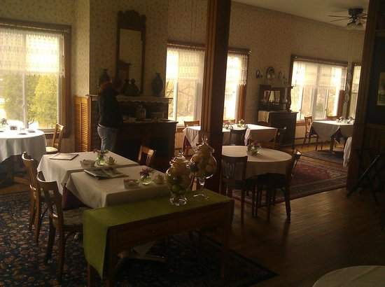 Lamplight Inn Bed and Breakfast: Their Dining Room!