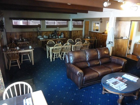 Cinnamon Bear Inn: Lobby - breakfast area.