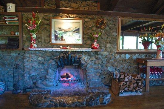 Kula Lodge: レストランの真ん中にある暖炉
