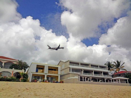 Turquoise Shell Inn: by the beach. planes are low but not much noise
