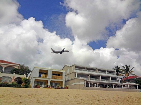 توركواز شيل إن: by the beach. planes are low but not much noise