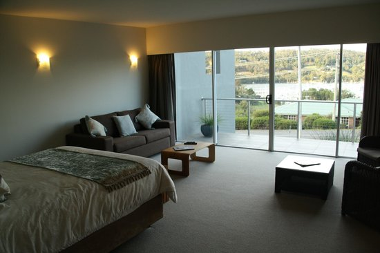 The Cove Kettering: Immaculate rooms with amazing balcony and view.