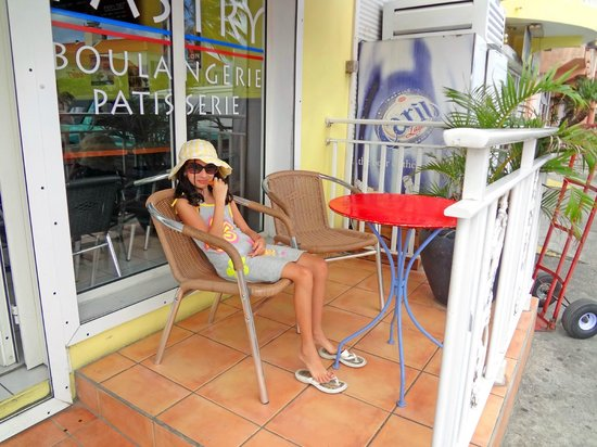 Cafe Atlantico: outdoors is right by the road