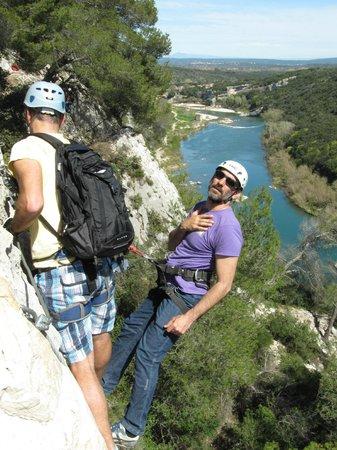 Bureau des moniteurs du Gard : Samuel super relaxed hanging out of the cliff