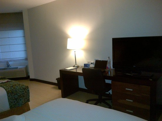 Holiday Inn Express San Jose Forum: Room - TV and working desk