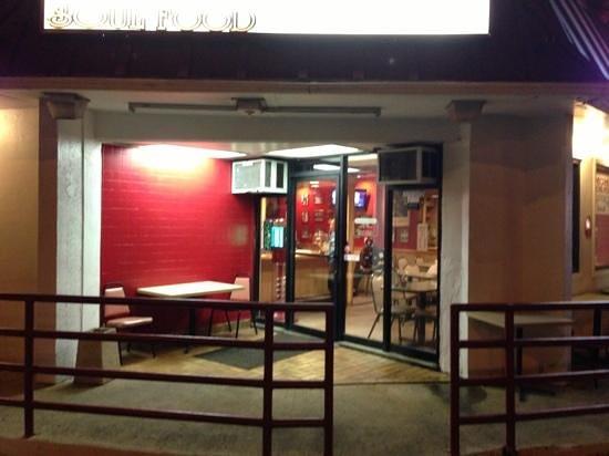 Mom's Soul Food Restaurant: exterior