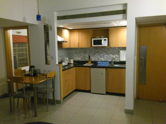 Genial Tristar Service Apartments: Kitchen With Small Dining Space