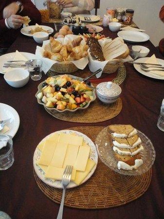 Maes B & B: Breakfast table