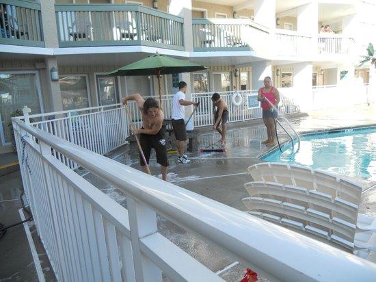 Ala Moana Resort Motel Pool Being Clean