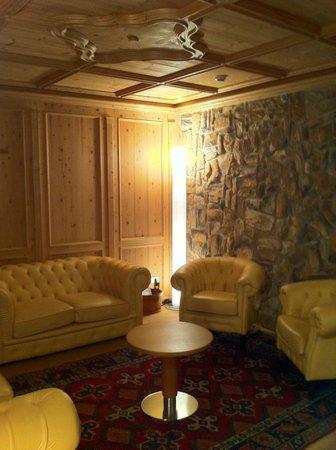 Sport Hotel San Vigilio: Angolo relax con tavolini, poltroncine e biliardo.