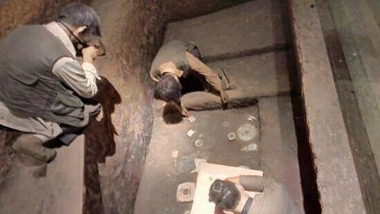 Liangzhu Museum: Display dipicting archaeologists at work in the Liangzhu area