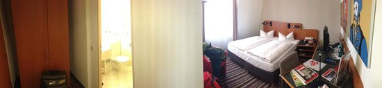 H+ Hotel Leipzig : Panorama of room