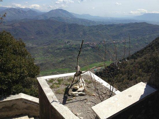 Santuario della Mentorella: Veduta dalla scala santa e scultura cervo in tronco naturale