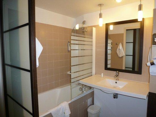 Ibis Styles Nantes Centre Place Royale: Salle de bain pratique et fonctionnelle