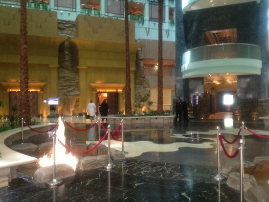 Jeddah Hilton : Grand lobby with water feature