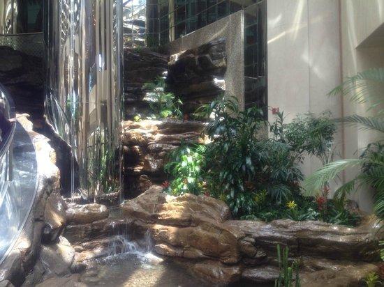 Jeddah Hilton : Lobby area with water feature