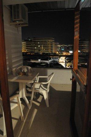 Apartamentos La Nogalera: outside dinning area - balkon
