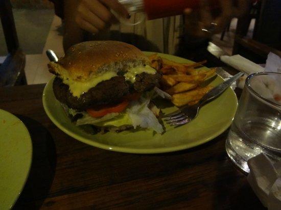 Pyramid Restaurant : un burger qui fait du bien après 3 semaines de plats Thais !!