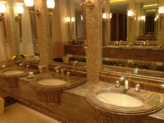 Emirates Palace: Washbasin