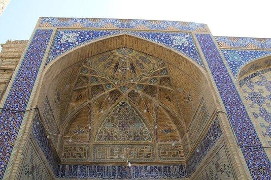 Ali Mosque Minaret : ivan at the entrance to Ali mosque