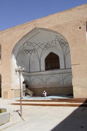 Ali Mosque Minaret : inner yard of Ali mosque