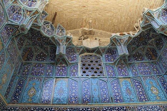 Ali Mosque Minaret : a damaged ivan near Ali mosque