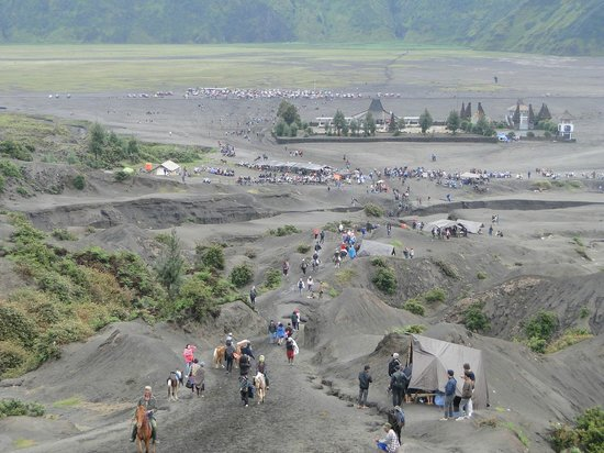 Indonésie : descending from mount Bromo,s active Volcano
