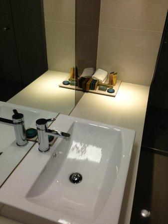 Best Western Premier Hotel 115 Kew: Sink and toiletries