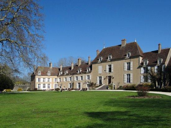 Chateau de Vault-de-Lugny : vue depuis l'est