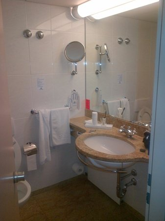 Maritim Parkhotel Mannheim: Bathroom  - nice fitings if a little tired