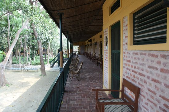 Maruni Sanctuary Lodge : Out side the r
