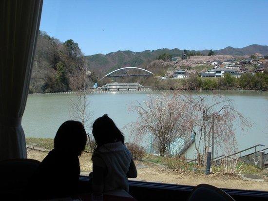 Takato Sakura Hotel : レストランから高遠湖越しに白山橋と城址公園を望む