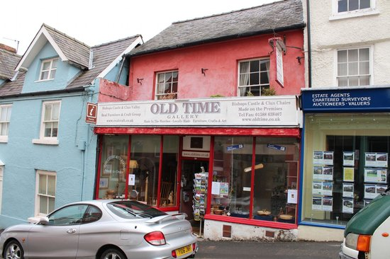 Old Time Bed & Breakfast: from the street(rooms above the shop and information centre)