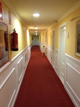 Salles Hotel Ciutat del Prat: hallway