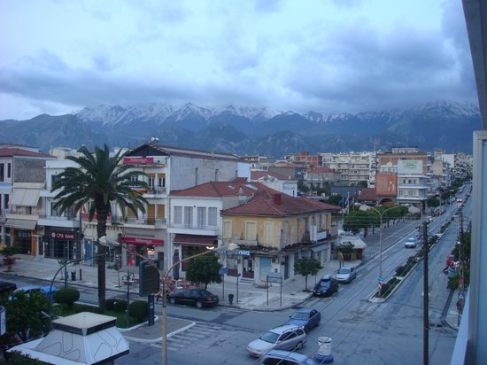 Hotel Maniatis : Hotel is right on the main street