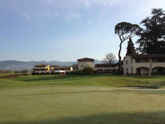 UNA Poggio Dei Medici: l'Hotel visto dal campo da golf