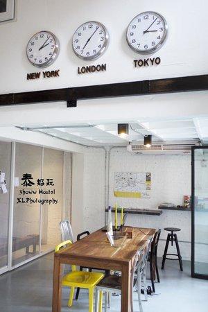 3Howw Hostel Khaosan : Super love the clock up there!