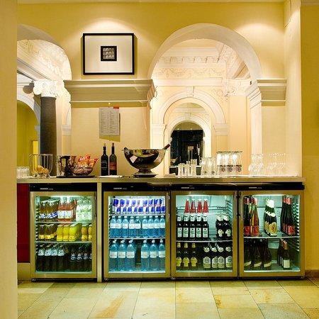 Hotel KUNSThof: Enjoy a drink in our honesty bar