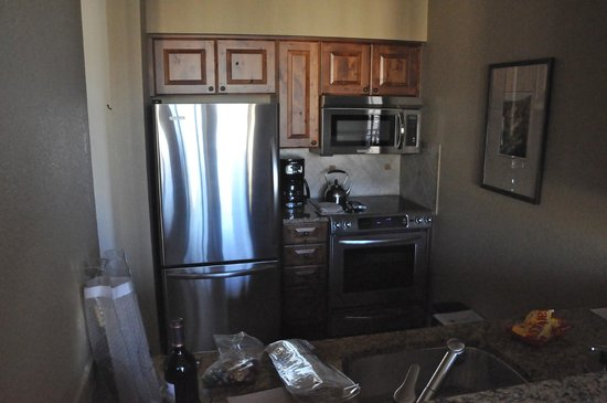 Hyatt Mountain Lodge: nice little kitchen, sufficiently stocked & all looked nice & clean