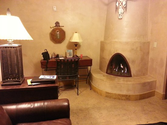El Monte Sagrado: Kiva fireplace in Jim Thorpe Suite