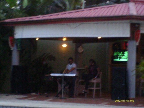 Juanita Hotel: Pool and bar area at night with live music