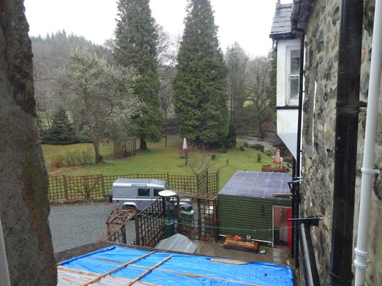 Afon Rhaiadr Bed and Breakfast: View from the room overlooking gardens and stream