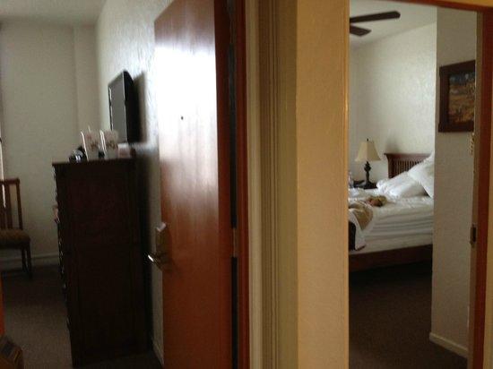Hotel Carmel: Hall distribuidor a los dos habitaciones el baño y la puerta sorpresa