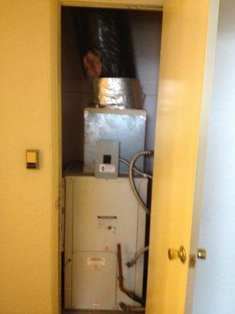 Hotel Carmel: Puerta sorpresa dentro del hall distribuidor de las habitaciones y el baño
