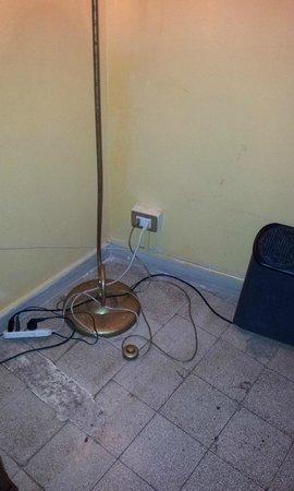Hotel Erina: Cables desordenados, sucios, peligrosos